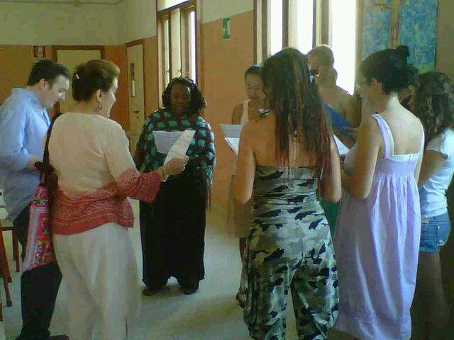 Amy London e le sue allieve provano una melodia di Monk nei corridoi della scuola