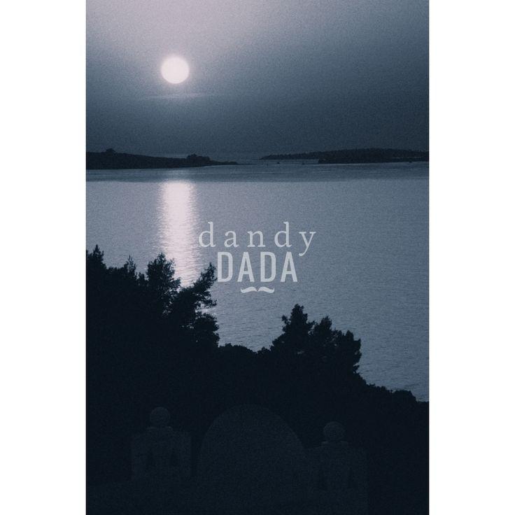 """Sweet night di Alberto Fanelli L'opera """"Sailing at the midnight"""" di Alberto Fanelli appartiene alla collezione """"Notturno"""". Le fotografie notturne sanno sempre colpire l'animo di chi le osserva. Bastano solo pochi elementi: il mare, la luna e la sagoma di un peschereccio. L'immagine si concentra nella parte alta del fotogramma; è un climax iperbolico di pathos e ricordi che affollano la mente. Grecia, 2014."""