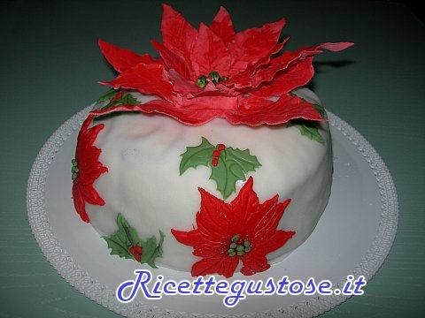 Pandoro decorato con stelle di Natale in pasta di zucchero