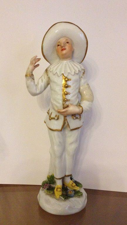 Pierrot, Meissen, attribuibile a P. Reinicke, metà del XVIII secolo, Porcellana dura dipinta in policromia e oro, Museo Giuseppe Gianetti, Saronno ------------ Il nome Pierrot deriva da Pedrolino, personaggio della commedia italiana cinquecentesca. Originariamente rappresentava il tipo del servo sciocco, mentre nella pantomima francese ha assunto il carattere di innamorato patetico e sfortunato. #commedia #maschera #carnevale