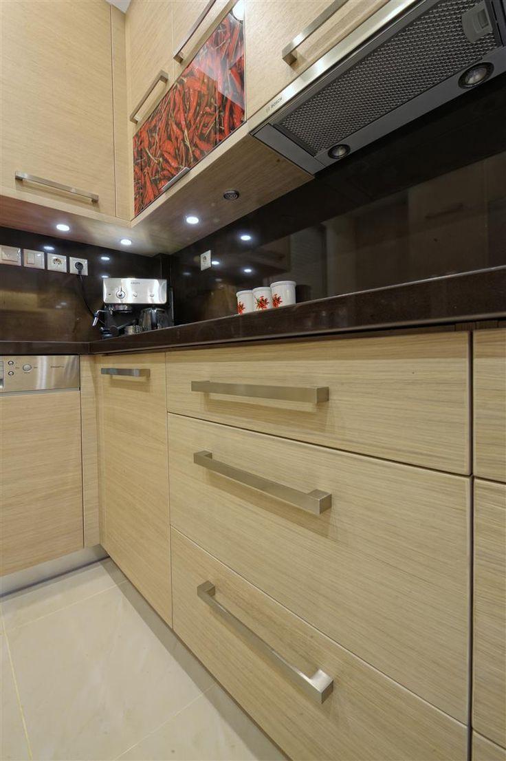 Μοντέρνα κουζίνα από μελαμίνη Egger σε συνδυασμό με γυάλινα πορτάκια κρεμαστών ντουλαπιών με ψηφιακή εκτύπωση σε πλαίσιο αλουμινίου.