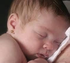MAMO WIESZ ...?: Czy przekłuwać uszy małym dzieciom?