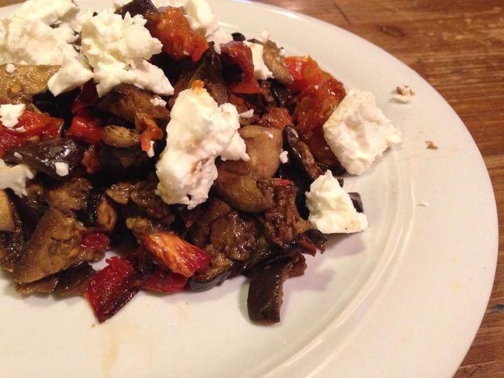 insalata di melanzane al forno con feta è un secondo piatto o un piatto unico se accompagnata da una buona fetta di pane leggero e facile da preparare