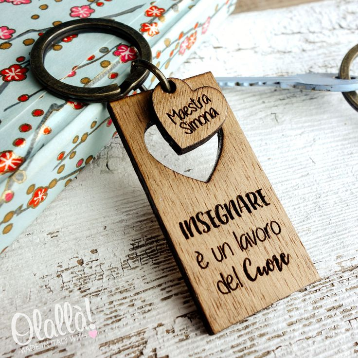 Originalissimo portachiavi in legno con incisione personalizzabile con una frase a scelta e il nome della tua maestra del cuore. Dolcissima idea regalo per insegnanti davvero speciali.