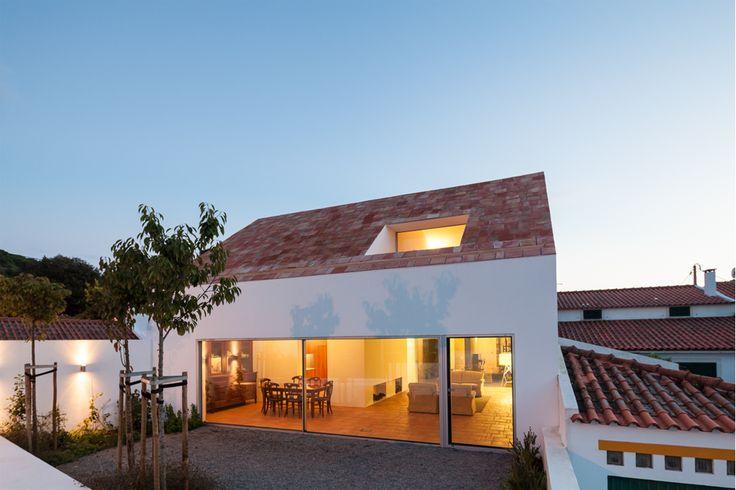 """Um casal de agrónomos com dois filhos herdou um longo e estreito lote de terreno no meio da vila de Azeitão, que decidiu aproveitar para a construção de uma nova casa. É aqui que entra o gabinete de arquitectura <a href=""""http://extrastudio.pt/pt"""" target=""""_blank"""">Extrastudio</a>, responsável pelo projecto da """"Casa em Azeitão"""", com três pátios. O primeiro pátio separa a casa da rua, lê-se na apresentação do projecto; o segundo localiza-se no centro, sendo uma espécie de jardim murado de…"""