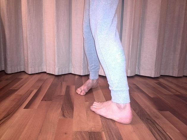 """Самое простое упражнение при самых сильных болях в спине. """"Все очень просто! Вперёд идти носками в стороны, назад пятками в стороны.""""    Включаются глубокие мышцы таза и стабилизируется тонус мышц спины и живота."""