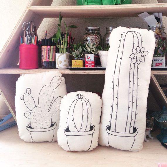 Almohada de Cactus dibujado mano por MaeLeaf en Etsy