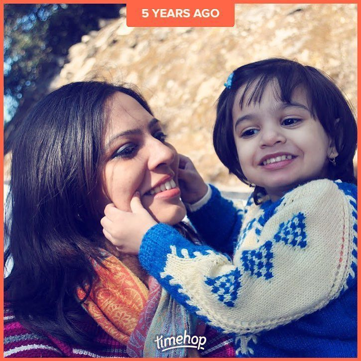 #5yearsagotoday we were in #darjeeling and this is a candid moment outside the zoo! #throwbacktothatawesomeday #motherdaughter #love #cutebaby #happydaughter #travelinindia
