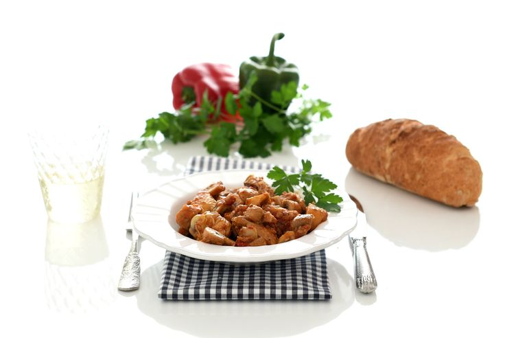 Hoy cocinamos una receta de pollo guisado, con un sofrito de cebolla, ajos y pimientos, tomate frito y champiñones. Es el pollo al chilindrón.