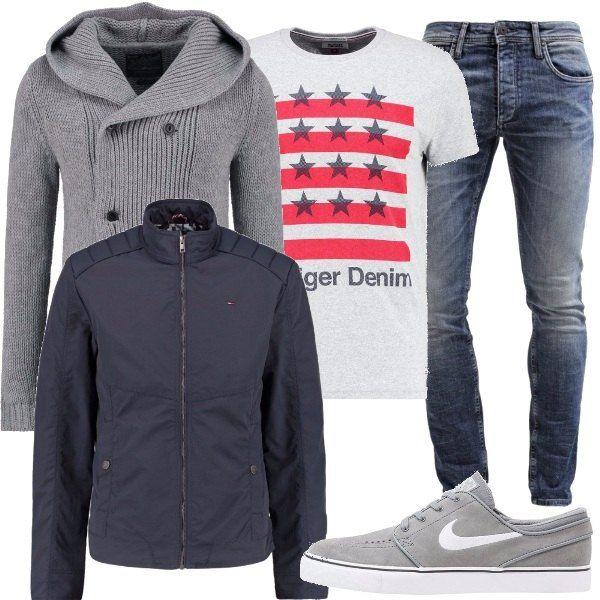 Per questo outfit: jeans effetto délavé slim fit vita normale, maglietta maniche corte con stampa a stelle e strisce, cardigan con cappuccio grigio doppio petto, giubbotto grigio scuro, sneakers Nike grigio chiaro.