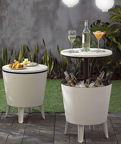 Combina mesa y bar en el mismo mueble. Se llama Cool Bar y es una mesa de centro o auxiliar con una tapa superior que, al elevarse, deja al descubierto una amplia base donde se pueden colocar botellas con hielo a modo de cubitera gigante   Modelo de Keter.-