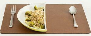 お皿でカロリー50%オフ!-食事の量を半分にする(?)食器「HALVED(半分)」