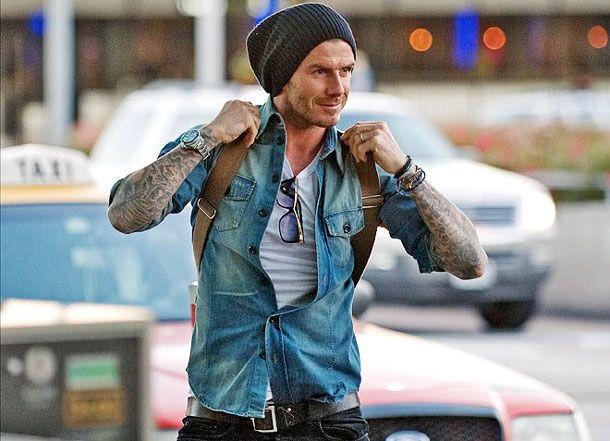 Разбираем стиль Дэвида Бэкхема  -  Дэвид  не  хипстер,  но ...И хотя к хипстерской субкультуре Дэвид отношение имеет явно опосредованное — разве что по внешним признакам волосяного покрова на лице — выглядеть, как парень из Бруклина, иногда может себе позволить. Джинсовая рубашка поверх футболки, браслеты и винтажные кожаные аксессуары плюс объемная хлопковая шапка-бини — в таком виде тебя в любой рафинированной тусовке примут за своего.