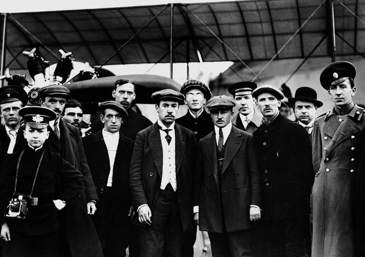 Авиаконструктор Игорь Сикорский с авиаторами и техническими специалистами, 1913 г.