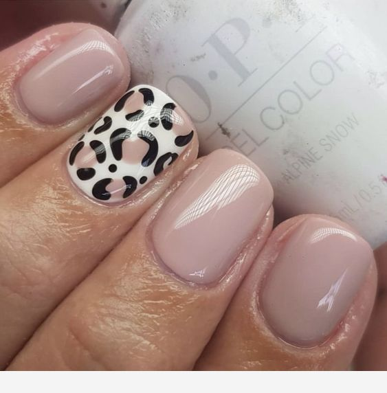 Sweet beige short nails wit leo detail