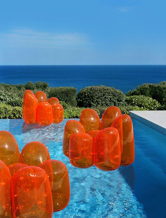 Orange. Fauteuils gonflables en PVC orange transparent Air Flower, Fabrice Berrux (Roche Bobois) / © Philippe Garcia