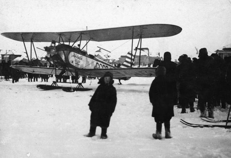 Один из первых самолетов, прилетевших в Кимры - История России в фотографиях