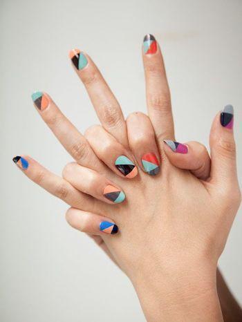 それぞれの爪に。  それぞれの爪に3つの色を使う。個性あふれるネイルですね。どの色の組み合わせも、北欧のテキスタイルに使われていそうです。
