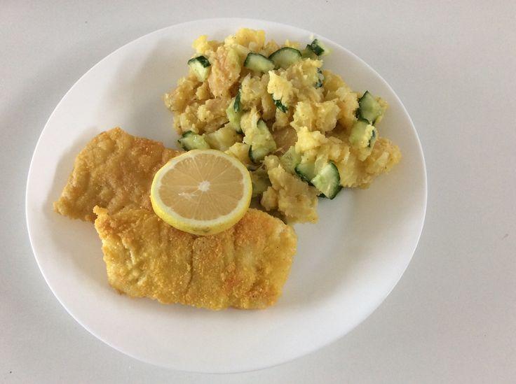 Smažená obalovaná treska (těstíčko z vajec a hladké rýžové mouky a kukuřićná strouhanka) s lehkým bramborovým salátem (brambory, salátová okurka, cibule, hořčice, citrónová šťáva, olivový olej)