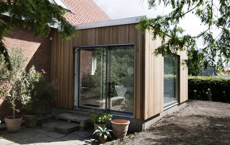 Ny tilbygning med cedertræsbeklædning.