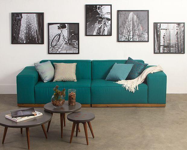 Sofá colorido Oppa como destaque na sala de visitas;
