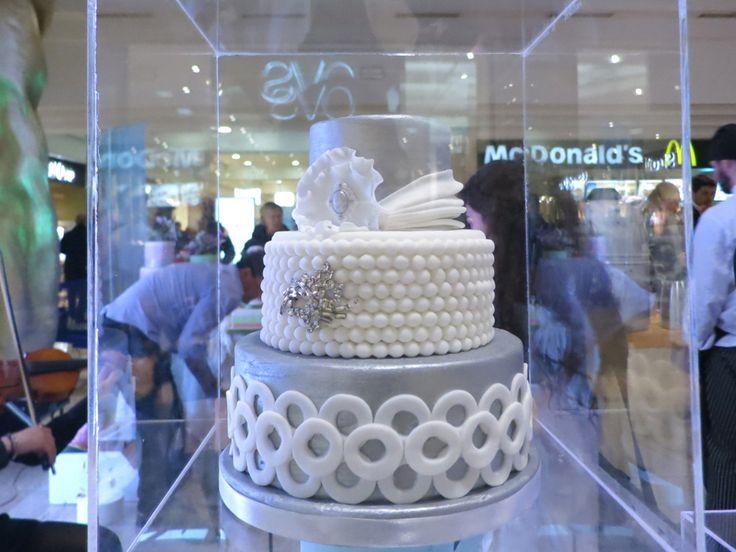 Una torta decorata a mano, sino a diventare un gioiello.