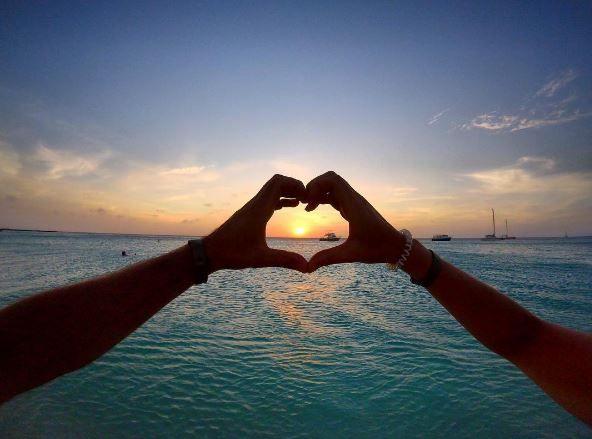 ¿Quieres tener un día lleno de romance en las playas de Aruba?  Ven a Aruba y recárgate de felicidad.   #AtardecerEnAruba