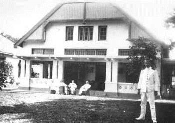 Kweekschool voor Indische schepelingen van de koninklijke Marine (KIS) te Makassar. Met de staf van de school.
