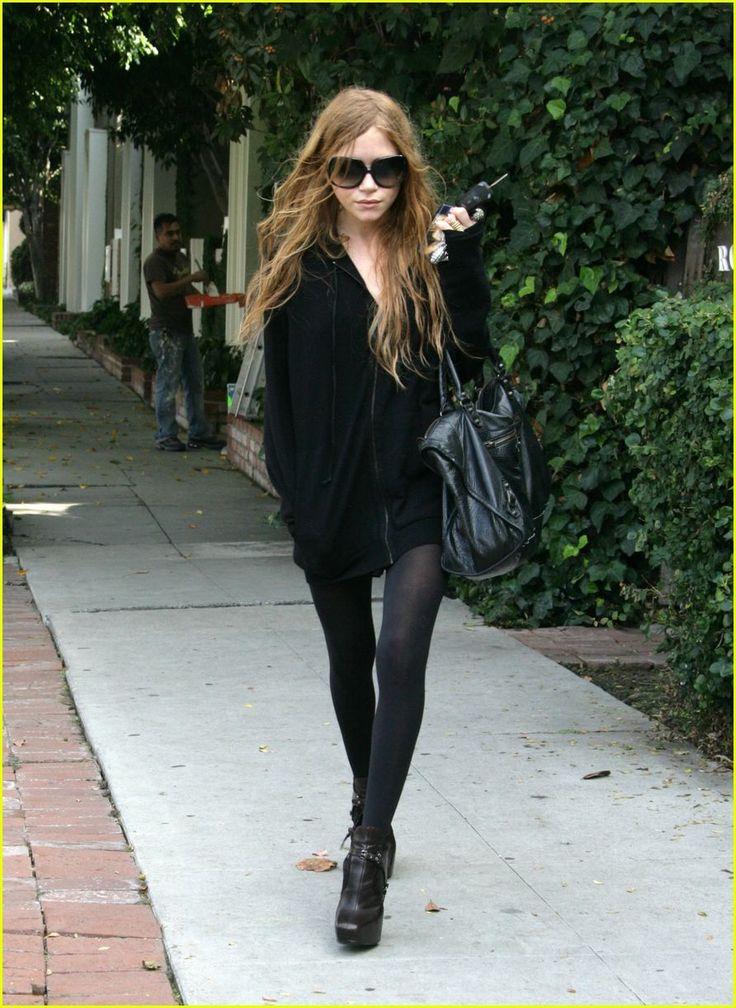 "Mary Kate Olsen Skinny | costuma usar um look mais ""básico"", jaquetas, saias, jeans skinny ..."