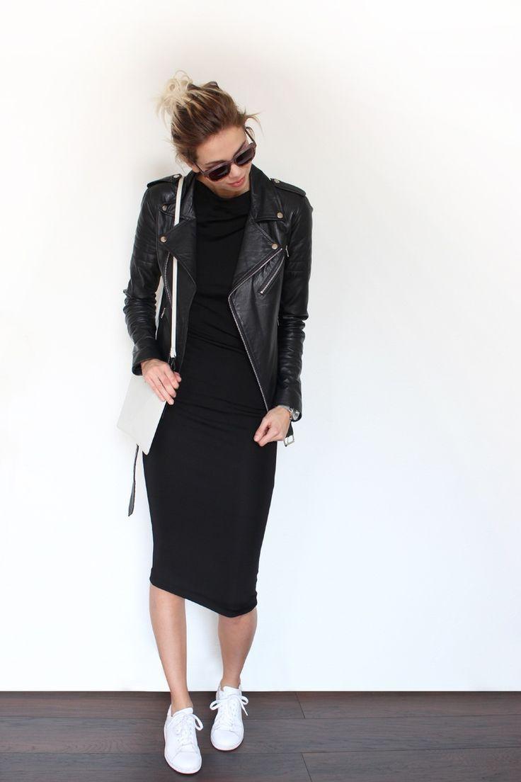 knielanges enges Kleid kaufen - weiße Nikeschuhe - weiße Tasche - schwarze Lederjacke