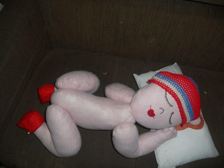 boneca de feltro com sapatinho de renda