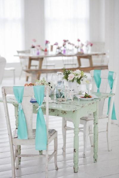Nos fascinan estas sillas y mesas despintadas en colores pasteles