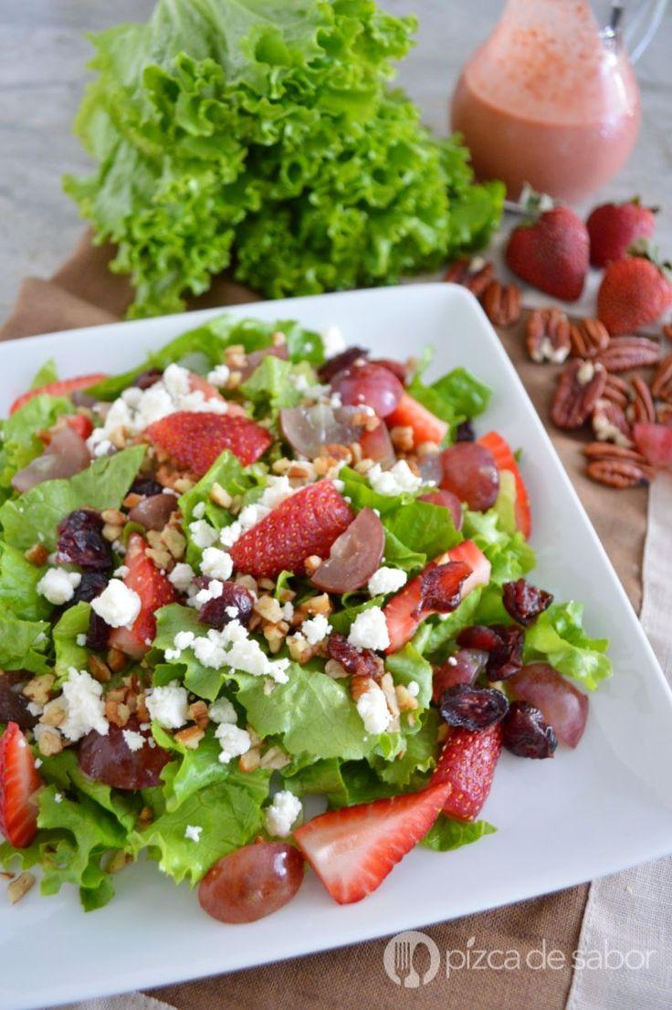 Deliciosa ensalada con uvas, fresa, nuez y queso de cabra. Se sirve con un aderezo de fresa listo en minutos. La combinación perfecta de sabores.