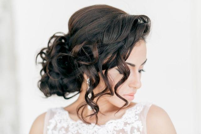 Brautfrisuren für lange haare-verspielt und hochgesteckt-offene strähne