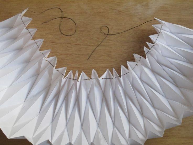 Ça vous tente un abat-jour en papier, simplissime à réaliser ? Je ne pense pas être la seule à qui les lampes origami font de l'œil : tout à fait dans la mouvance less is more, elles se fondent à merveille aussi bien dans un intérieur scandinave que dans une déco contemporaine. Chez moi, elles sont un joli pendant à mes meubles anciens et mon parquet foncé. D'ailleurs, pour cette raison, j'ai choisi l'extrême sobriété en utilisant du papier blanc, mais rien ne vous empêche de la réaliser sur…