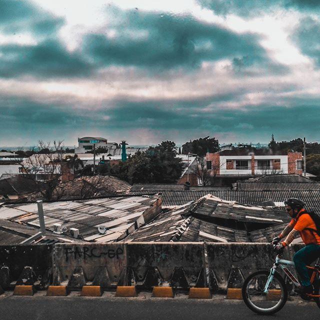 Aprendiendo a usar #Lightroom.  La tomé con mi celular en el #autobús de camino a la #universidad . no es necesaria una #Nikon, para hacer cosas interesantes    #Photography #fotografía #HuaweiP8Lite #street #Bus #Transmetro #cycle #sky #rain #urban #ciudad #nubes #clouds #lluvia #bicicleta #techos #tejados #puente #OrangeTeal