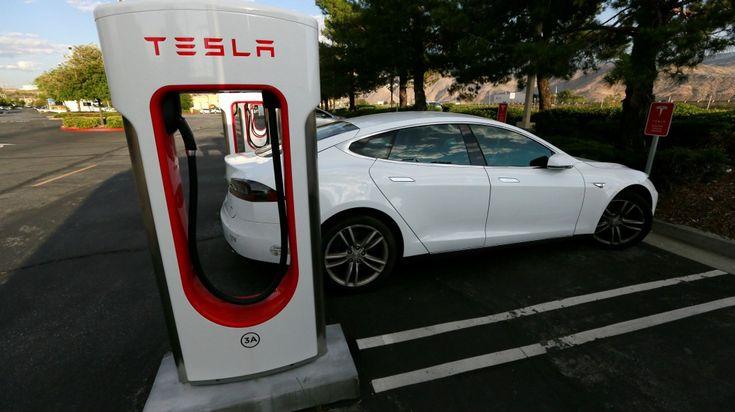 Model S numa das estações de carregamento da Tesla. Fotografia: REUTERS/Sam Mircovich