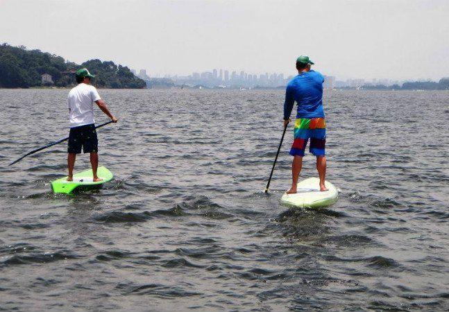 O Stand Up Paddle, também conhecido como SUP, aquele tipo de surf com remo, começou a bombar nas praias brasileiras há alguns anos. Para quem mora na capital paulista, pensar em praticar a atividade pode envolver também planejar uma viagem, mas não é bem assim: dá para subir na prancha em São Paulo mesmo! Como a prática não requer a força das ondas do mar, lagos e represas são ótimas opções para o SUP. O esporte, além de muito divertido, não é tão difícil de aprender e fortalece a…