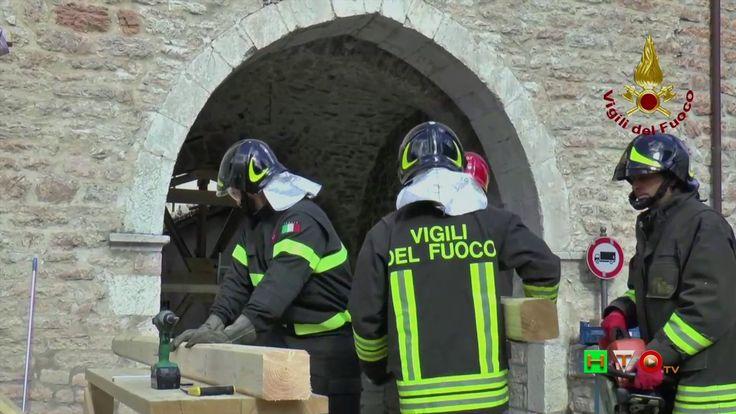 vigili del Fuoco - Visso - Puntellamento Porta di via Pontelato - www.HT...
