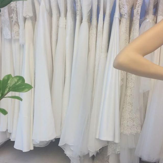 Jó reggelt, a menyasszonyokkal együtt, várom az utolsó igazításokat a nagy nap előtt..������#wedding #weddingsalon #bridaldress #kloe_wedding #hungarianfashion #madeinpecs @klotcz.edit http://gelinshop.com/ipost/1521563722856974811/?code=BUdriT0Asnb