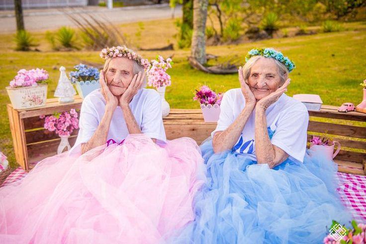 Δίδυμες γιαγιάδες γιόρτασαν τα 100α τους γενέθλια με μία ρετρό φωτογράφιση (εικόνες)