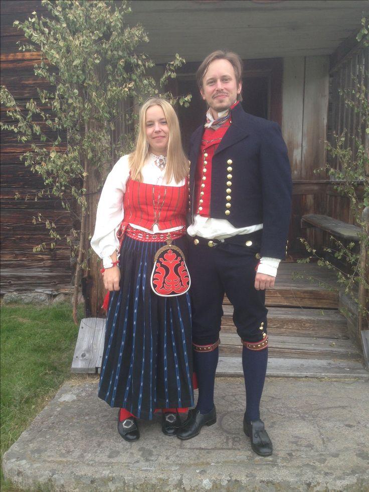 Kvinna i Delsbodräkt och man i Bjuråkersdräkt.