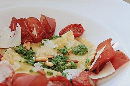 Steinpilzravioli mit Petersilienpesto, Parmesan und San Daniele Schinken