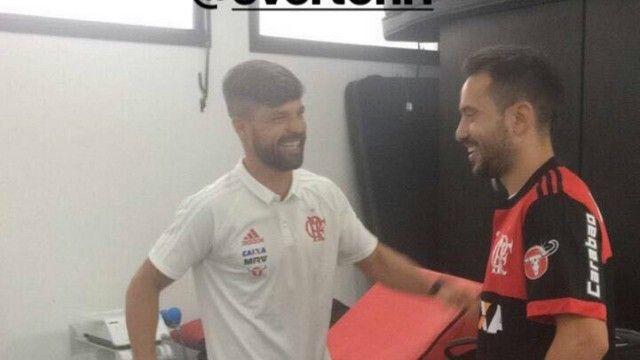 Diego e Éverton Ribeiro se encontram no CT do Flamengo e reforço recebe boas-vindas