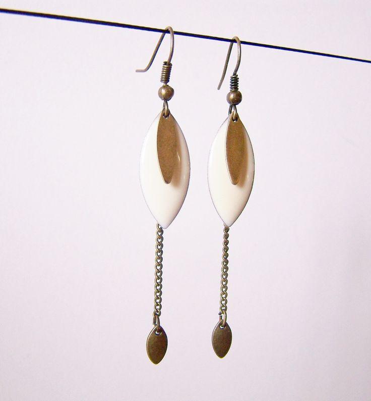 Boucles d'oreille sequin émaillé écru et chaîne en laiton : Boucles d'oreille par les-bijoux-de-circe