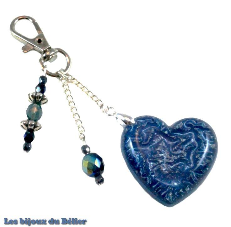Porte clés/bijou de sac coeur bleu en résine pailletée et perles de bohème en verre fait main : Porte clés par les-bijoux-du-belier