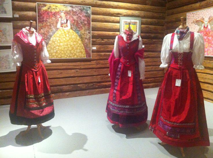 Blåfarveværket, Nyfossum. Nydelige drakter sydd av tekstilkunstner Lise Skjåk Bræk og kunst av Anne Langholt Apaydinli.