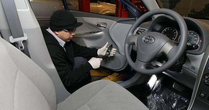 Cómo sacar los focos de la tercera luz de frenos en un Toyota Corolla. La tercera luz del freno en un Toyota Corolla indica cuando se presiona el pedal del freno y enlentece el auto. Esta es la única luz de freno en el auto y si se descompone, te podrán multar por tener la luz trasera descompuesta. Estos indicadores utilizan focos incandescentes tradicionales, que son baratos para reemplazar. Quitar los focos te ...