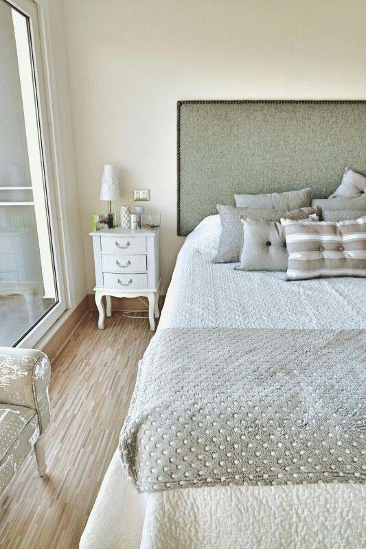 Grey and white Bedroom, velador chic, dormitorio tonos gris y blanco