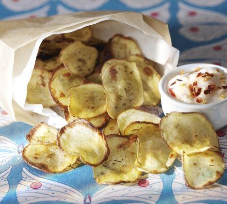 Perunalastut voi tehdä itse. Nauti pirteän chilidipin kanssa. / Make your own chips. / Kuva/pic: Kristiina Hemminki